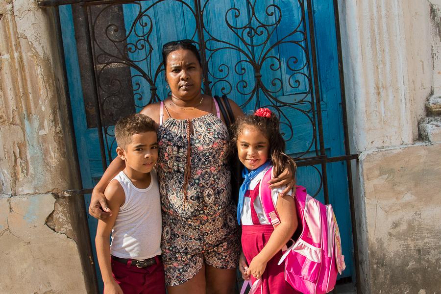 Elizabeth en los bajos del edificio, con sus hijos (Foto: Ismario Rodríguez)