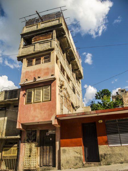 Algunas construcciones de viviendas en Santiago de Cuba (Foto: Carlos Melián)
