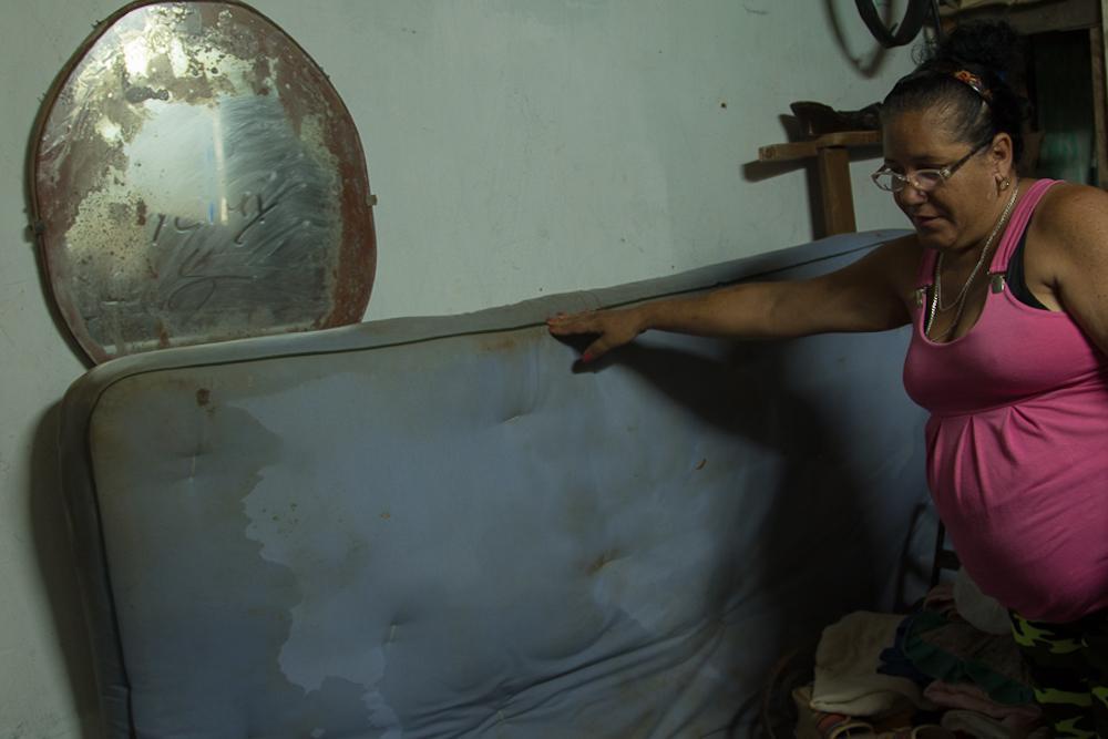 Huanny Verónica vive a menos de un metro del mar; cuando Irma llegó, le inundó la casa (Foto: Ismario Rodríguez)