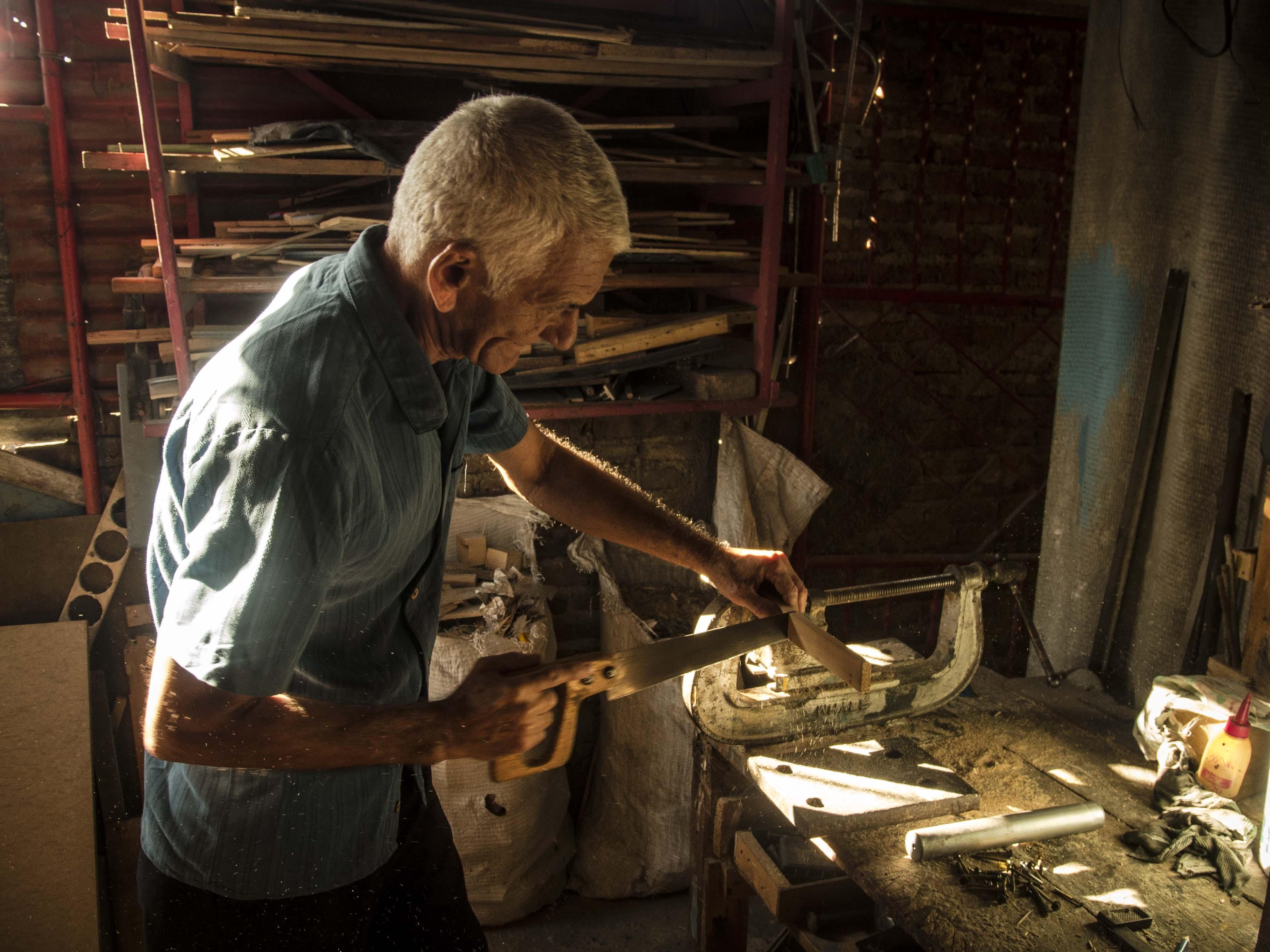 Domingo en su tallercito de la segunda planta (Foto: Aracelys Avilés Suárez)