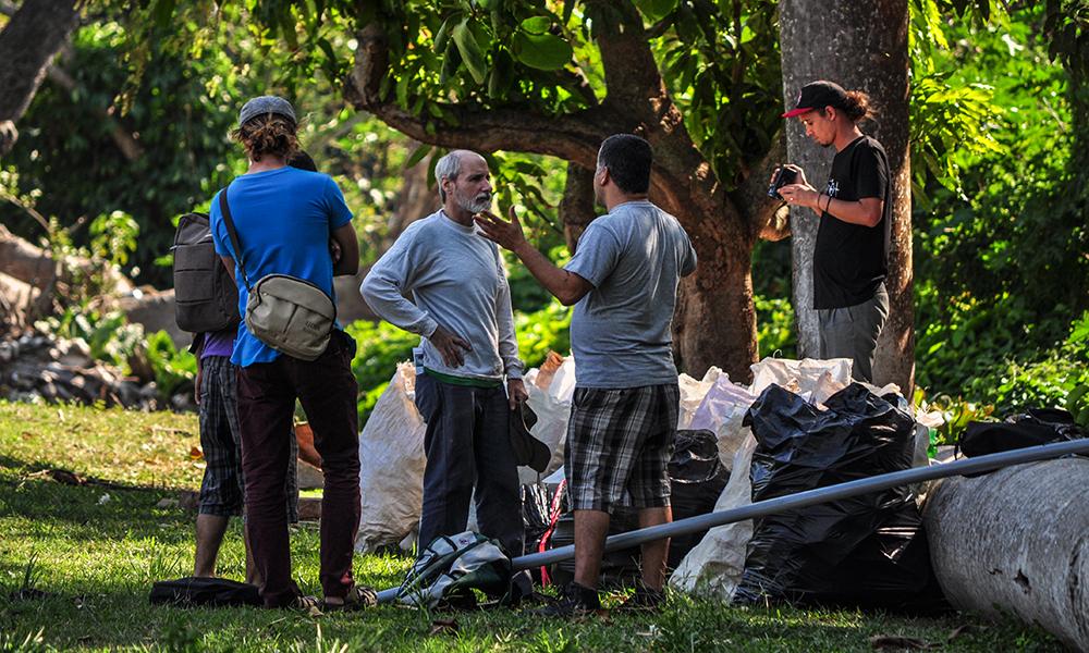 Omar Villa (izquierda) conversa con Isbel Díaz Torres (derecha), biólogo y fundador de El Guardabosques. El sábado 31 de marzo, además de limpiar, también se debatió sobre la mejor manera de visualizar el problema de la contaminación del Quibú.