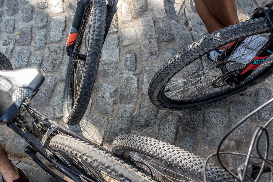 En la década de los 90, la bicicleta fue una parte significativa en la vida de los cubanos, pues entonces comenzó el llamado Período Especial y gran parte del transporte público se paralizó