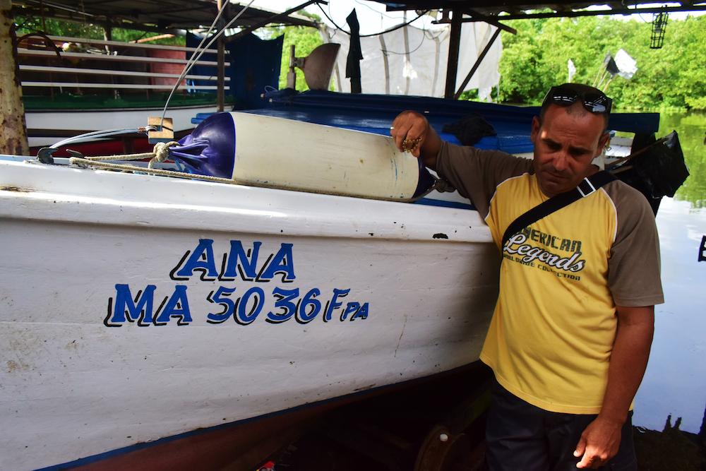 Para fumigar los –según Lidia Rodríguez, directora de la ECCM– 4 000 litros aproximadamente que quedaron fuera de la barrera, como es casi imposible trajinar con remolcadores en las aguas bajas, se solicitó ayuda a pescadores con embarcaciones