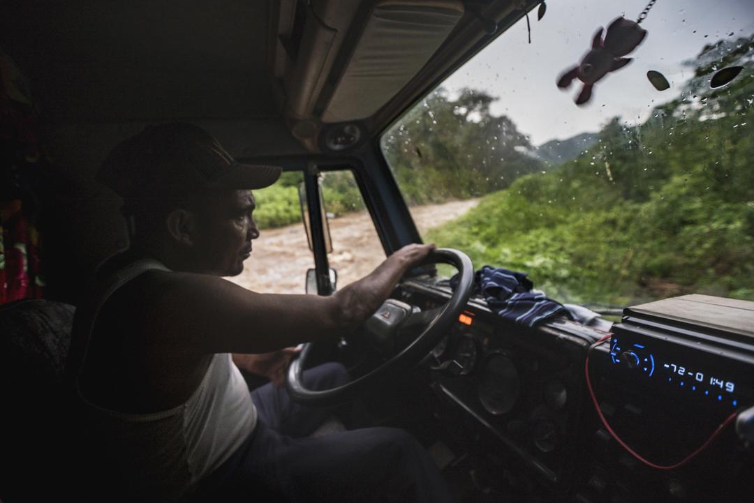 Cuando llueve en la Sierra Maestra, muchos de sus caminos se vuelven intransitables por la crecida de los ríos que dejan a sus pobladores incomunicados. Es entonces cuando los camiones se vuelven la única alternativa de obtener comida y los insumos básicos para los habitantes de la región (Foto: Daniela Muñoz).