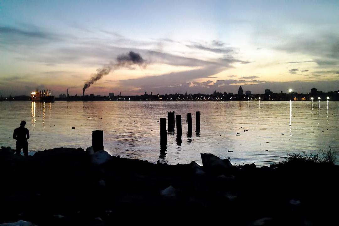 La Bahía de La Habana, con una profundidad media de 9 metros, está contaminada por desechos industriales y comunitarios que arrastran el río Luyanó y sus afluentes Martín Pérez y Arroyo Tadeo (Foto: Noah Barrios)