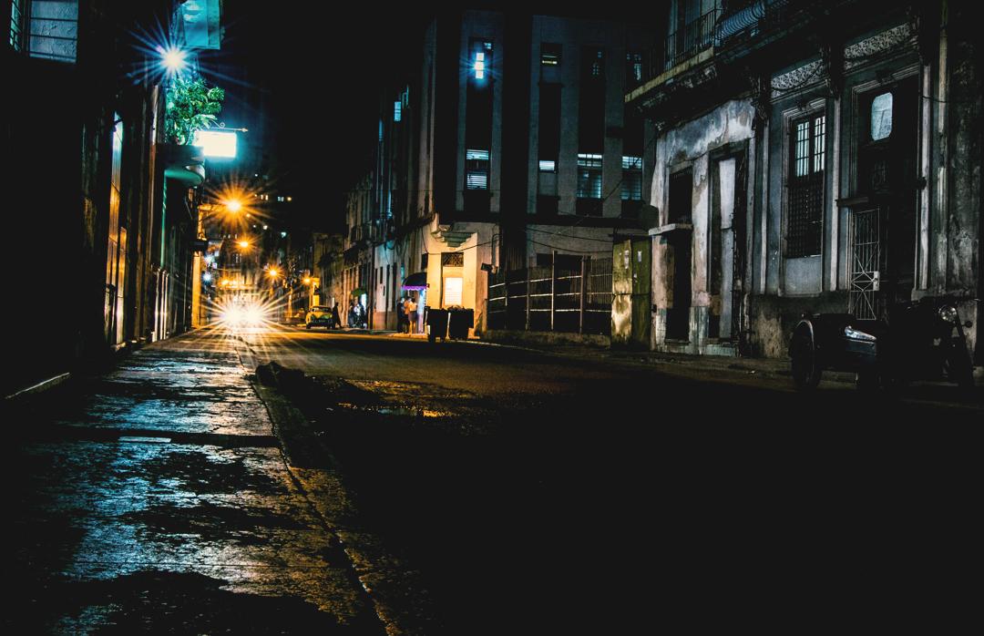 En algunas de las principales avenidas de La Habana las lámparas de sodio han sido remplazadas por luminarias con tecnología LED, que tienen mayor durabilidad y suponen un ahorro considerable de combustible. Sin embargo, hay muchos barrios que aún permanecen casi en penumbras (Foto: Joyme Cuan)