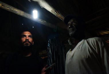 El periodista, Jesús Jank Curbelo, y uno de los damnificados por el huracán Michael (Foto: Marcos Paz)