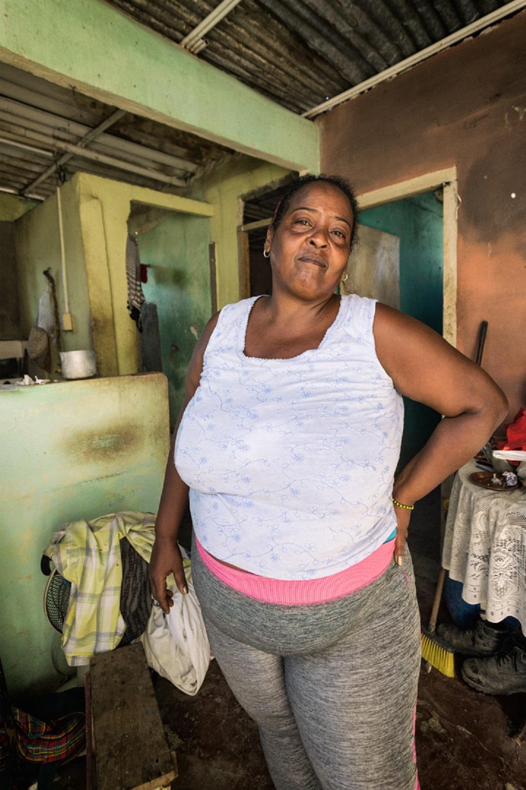 Yo estaba aquí en la cocina y sentí el ruido y de pronto el techo de la parte de allá salió volando. Era como cuando tiras gravilla al aire, toda esparcida, así estaba todo dando vueltas y las chispas por todos lados. Yo quería salir para afuera por el susto pero mi marido me agarró por el pelo y me arrinconó allá atrás. Qué susto, mija (Foto: Evelyn Sosa Rojas).