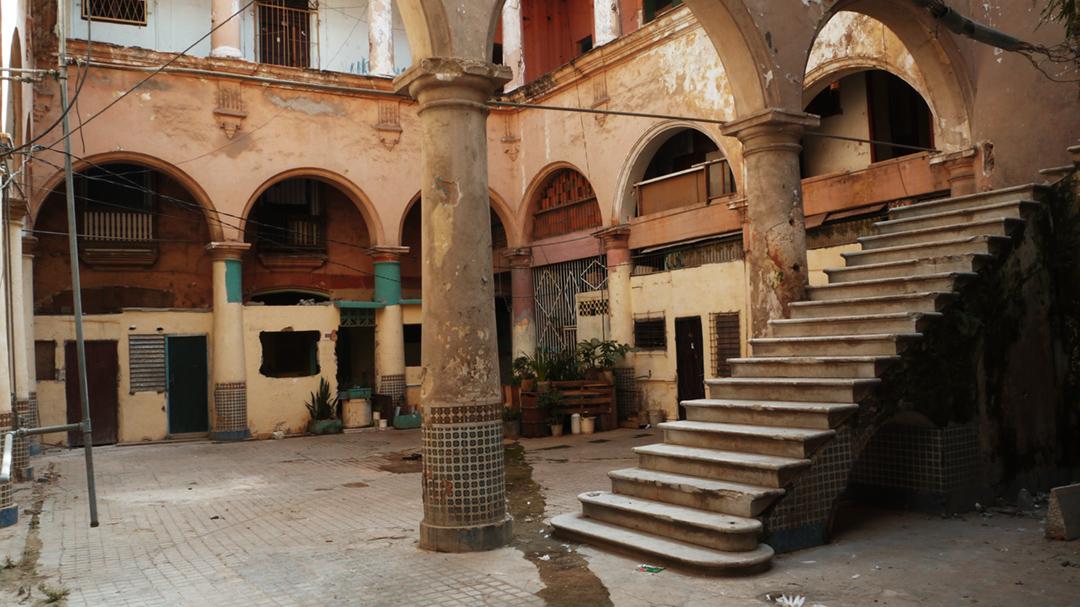 Cuentan que el solar de Compostela 653, en la Habana Vieja, hace mucho tiempo fue una opulenta residencia conocida como Palacio de Zuazo, hogar del Marqués de Almendares. Este solar duró hasta hace dos años, cuando reubicaron a quienes lo habitaban. Hoy solo quedan dos familias (Foto: Alberto (El Chino) Arcos).