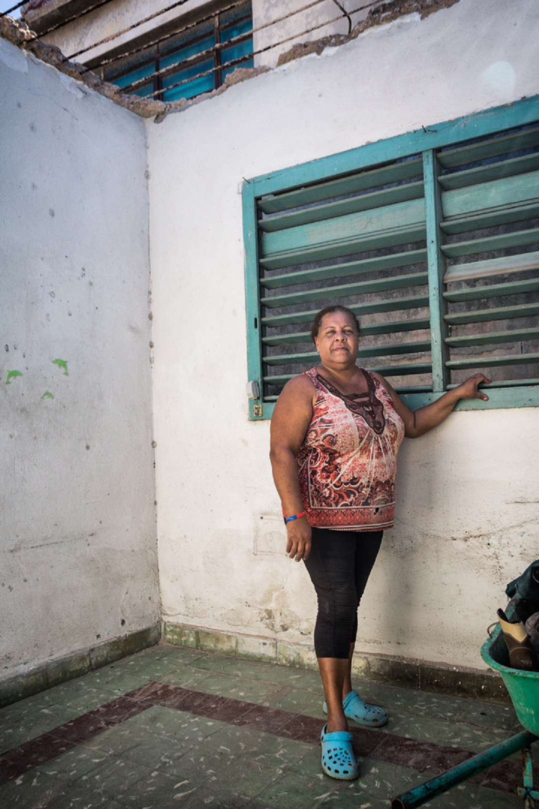 Aquí estaba la cama. Yo estaba en la puerta hablando con unos niños y mi esposo había ido al baño y cuando yo estoy regresando para el cuarto sentimos un ruido y de pronto el techo se fue abajo. Nos tiramos pa' allá atrás. Todo fue muy rápido, pero fue una suerte que no estuviéramos acostados (Foto: Evelyn Sosa Rojas).