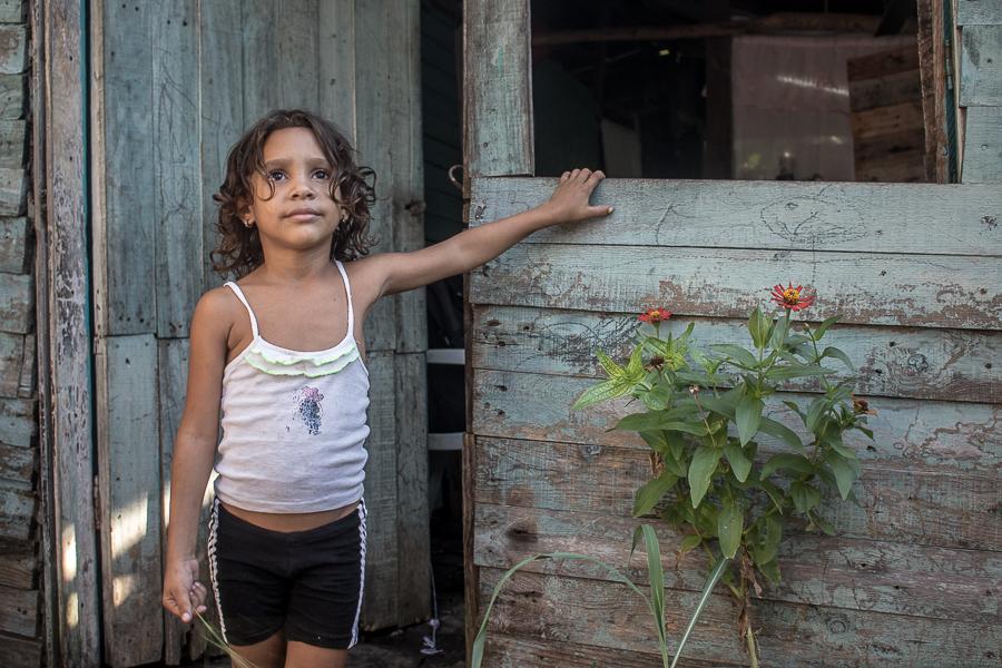 Nataly en la puerta de su casa (Foto: Ismario Rodríguez)