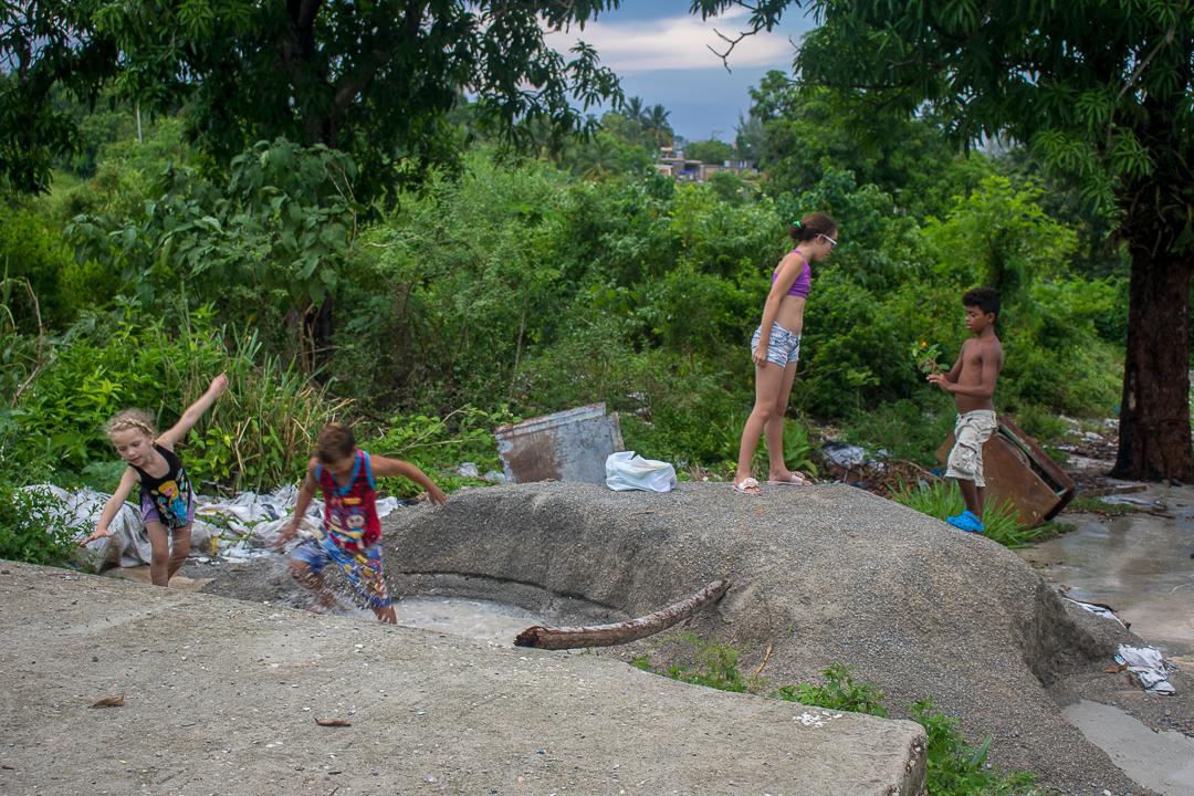 Niños de los alrededores juegan en las ruinas de las viviendas demolidas (Foto: Ismario Rodríguez)