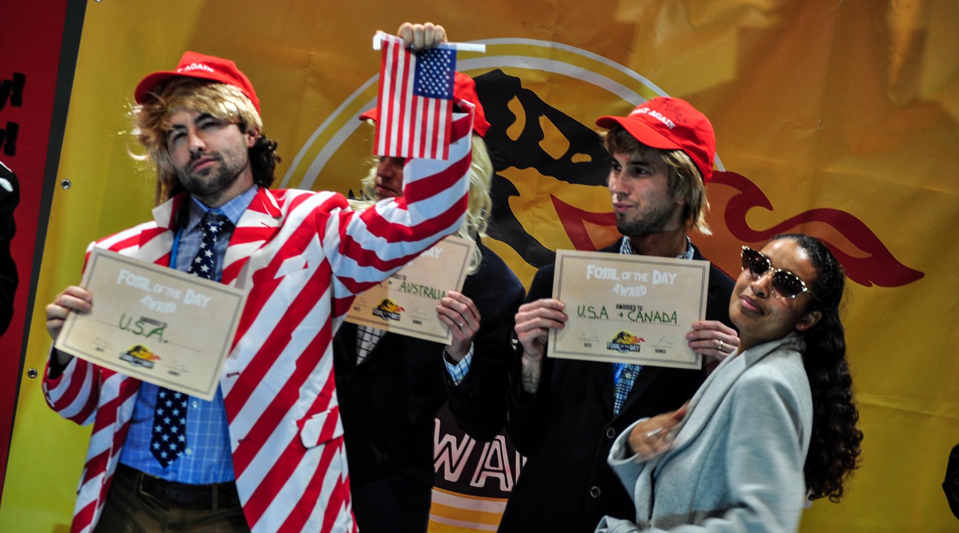 El humor también consiguió su espacio: Fossil of the Day es el premio entregado a aquellos países que más retardaban las negociaciones. No sorprende el podio (Foto: Julio Batista).