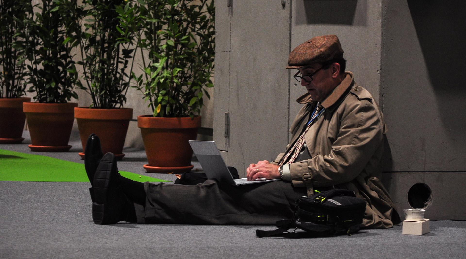 Cualquier sitio es bueno para trabajar en la COP 25 (Foto: Julio Batista).