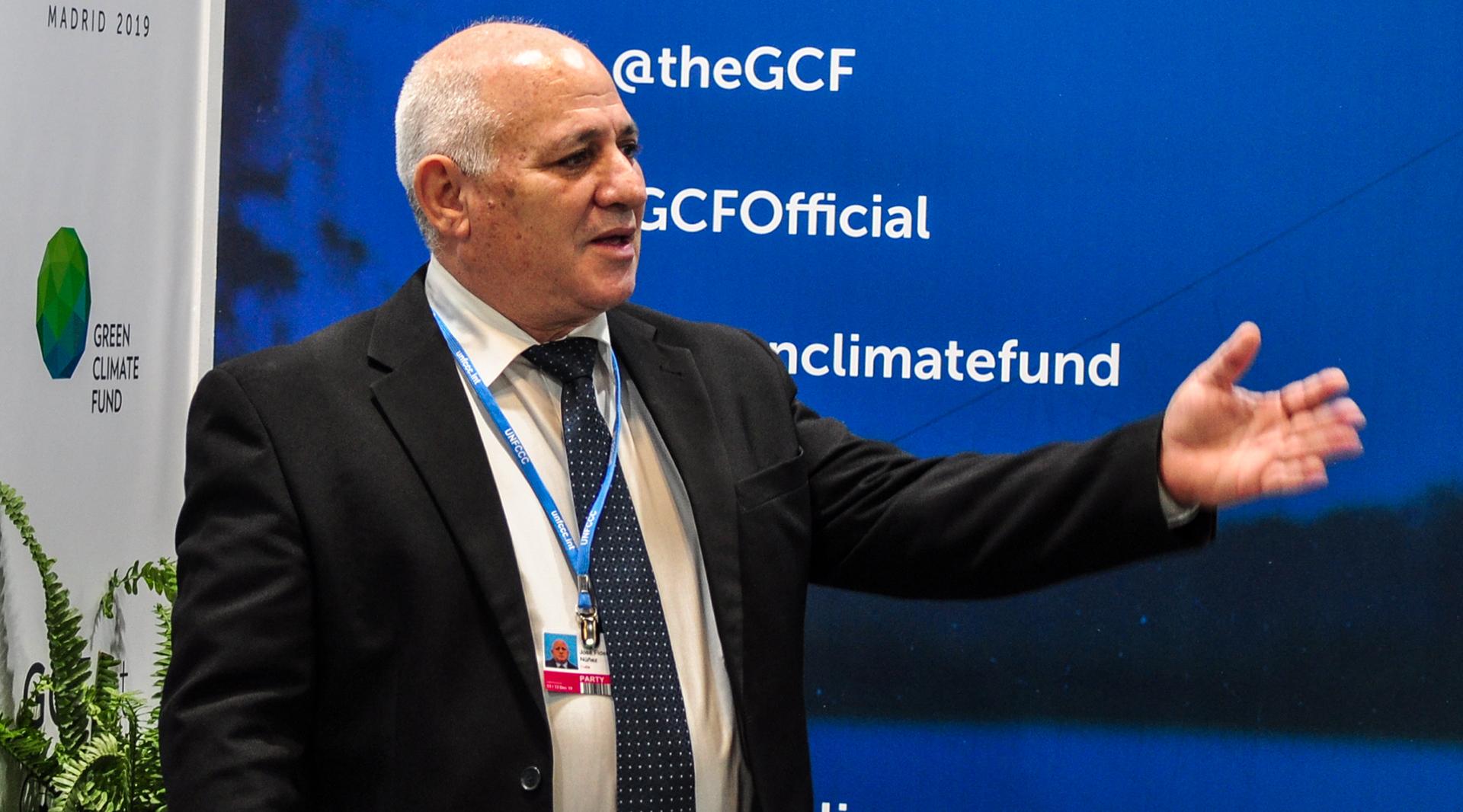 El viceministro Santana, durante su visita al Pabellón del Green Climate Fund durante la COP25. (Foto: Julio Batista).
