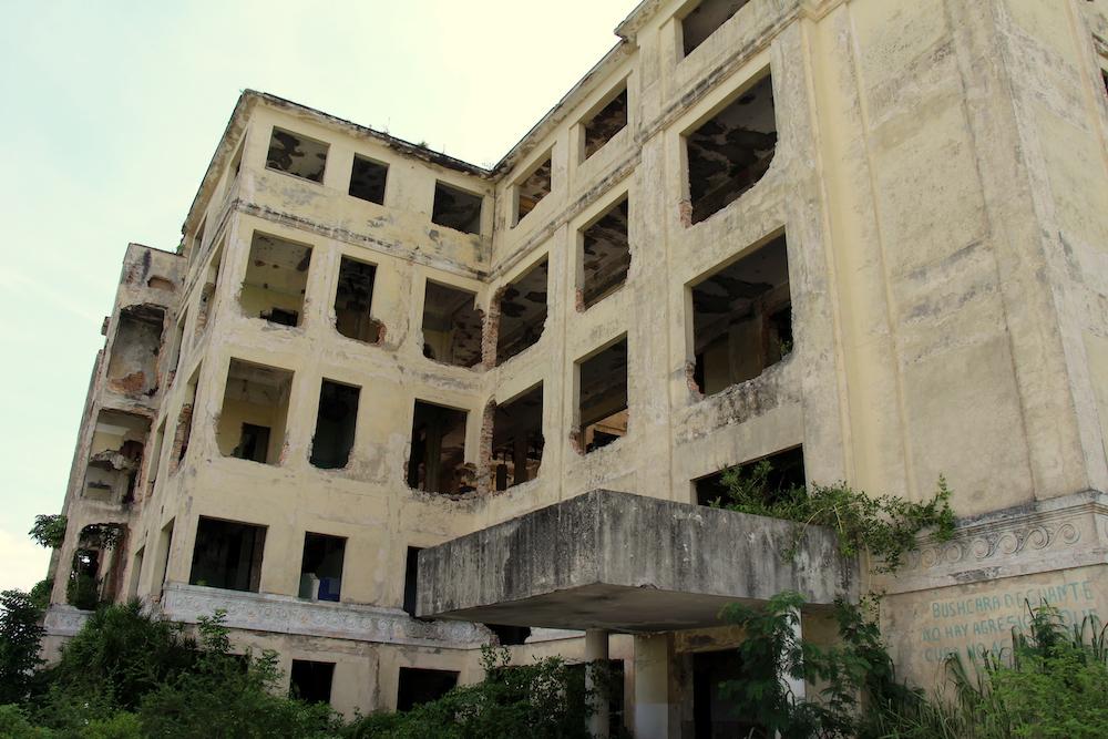 Así quedó el Hospital Materno Infantil Lebredo tras ser cerrado en 2003 y posteriormente desmantelado por la población (Foto: Hitchman Powell).