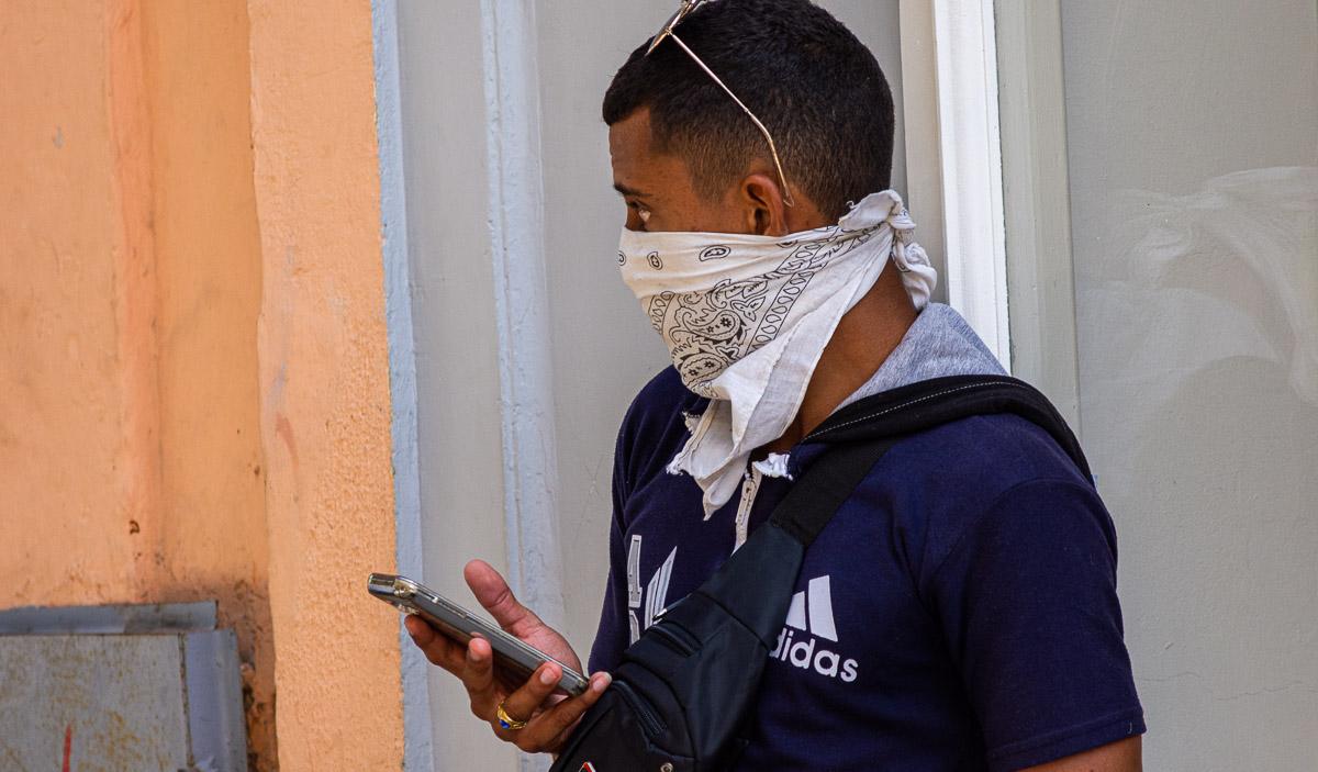 Las mascarillas menos eficaces frente a los virus son las confeccionadas con bufandas, camisetas de algodón, tejido de seda y funda de almohadas, según un estudio publicado por la Universidad de Cambridge en 2013 (Foto: Sadiel Mederos).