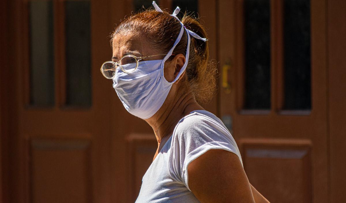 En Cuba, muchas personas han confeccionado nasobucos o mascarillas de tela para su familia y también para donar (Foto: Sadiel Mederos).