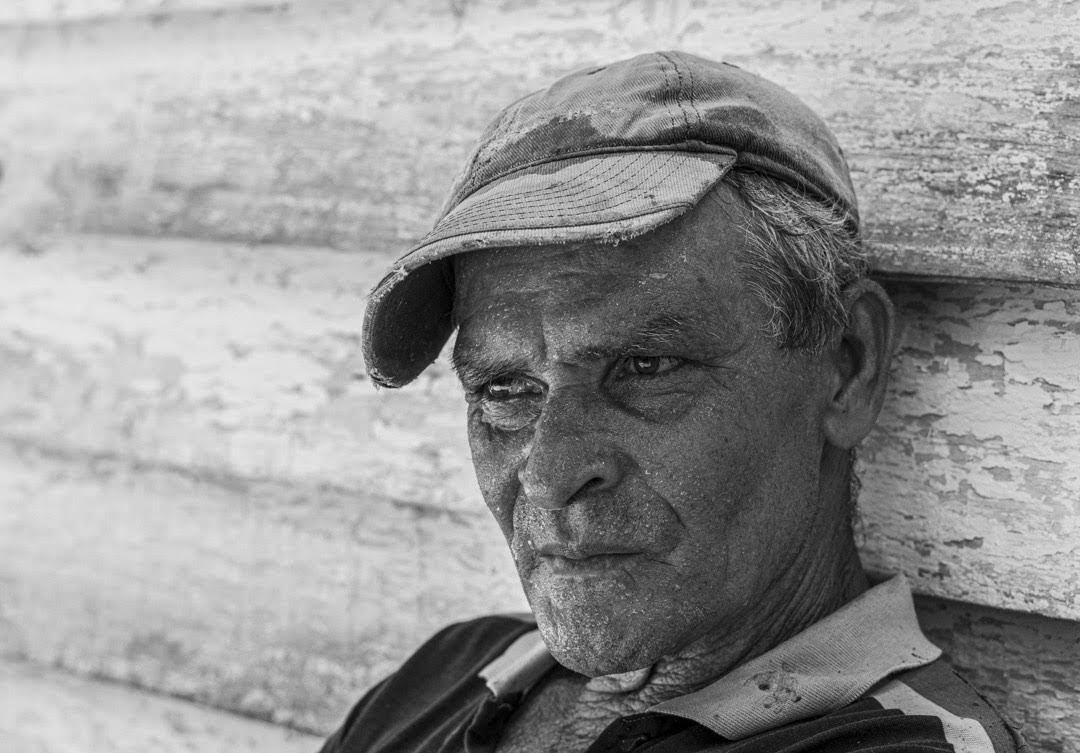 A las 12 del mediodía, Juan, uno de los hijos de Alejandro, toma un breve descanso. Cada día viaja desde la ciudad de Pinar del Río para trabajar el campo en la vega de su padre (Foto: Lázaro Lemus).