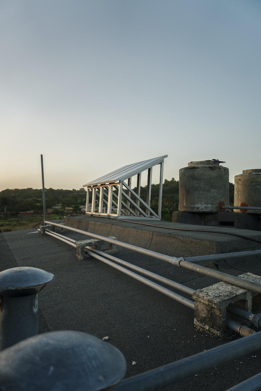 Paneles solares que nunca fueron instalados (Foto: Chris Erland).