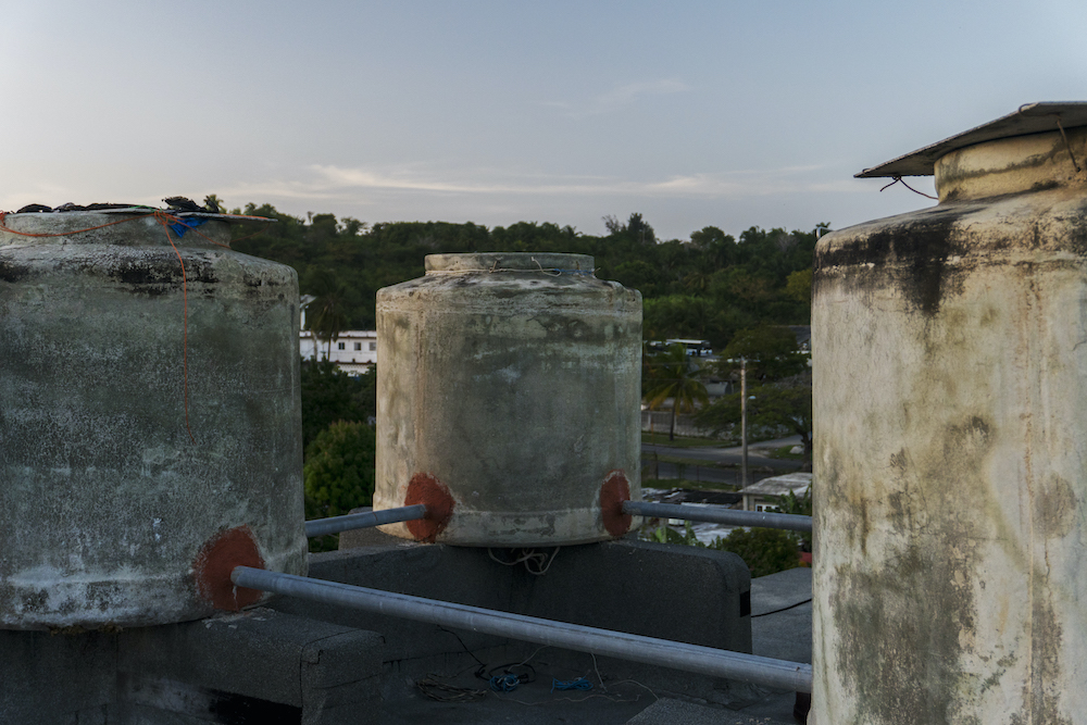 Tanques de asbesto cemento que se colocaron en lugar del tanque de acero inoxidable que se había designado (Foto: Chris Erland).