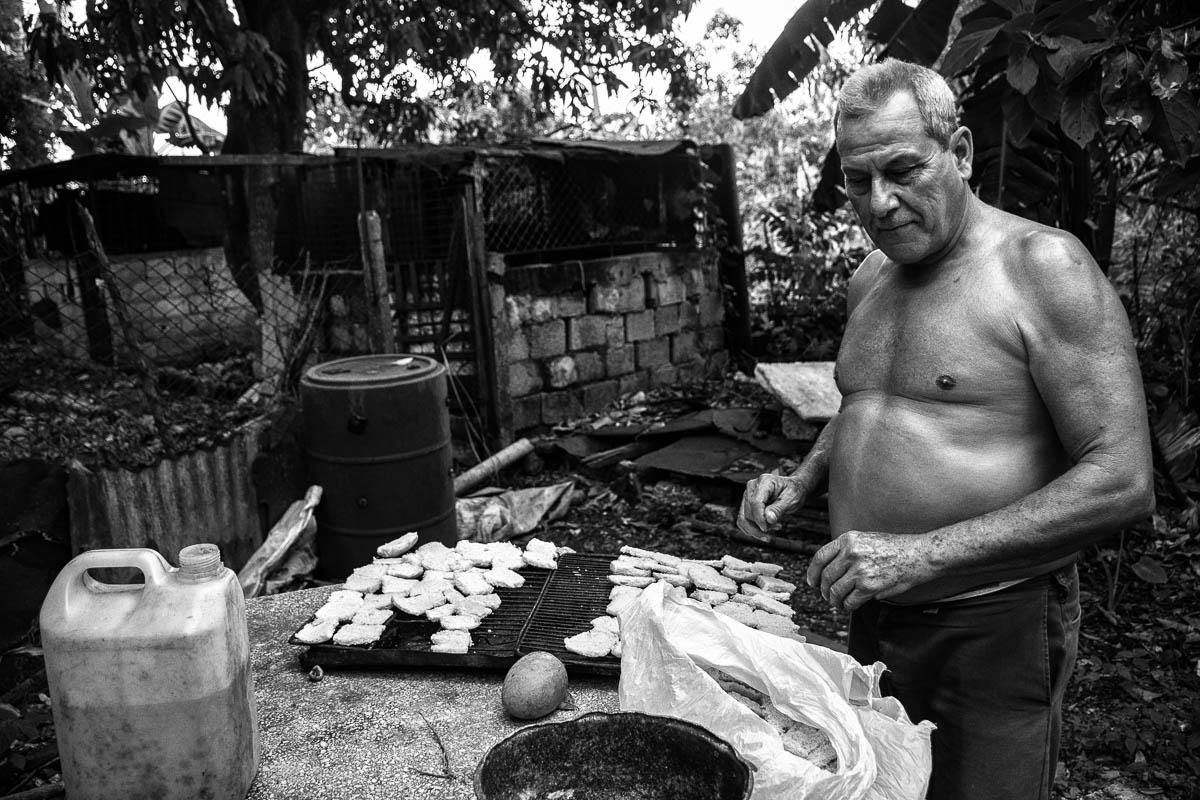Aquella tarde de junio, justo al inicio de la temporada ciclónica en Cuba, Ricardo tostaba panes viejos en un horno que él mismo había construido con un tanque metálico de 55 galones (Foto: Sadiel Mederos Bermúdez).