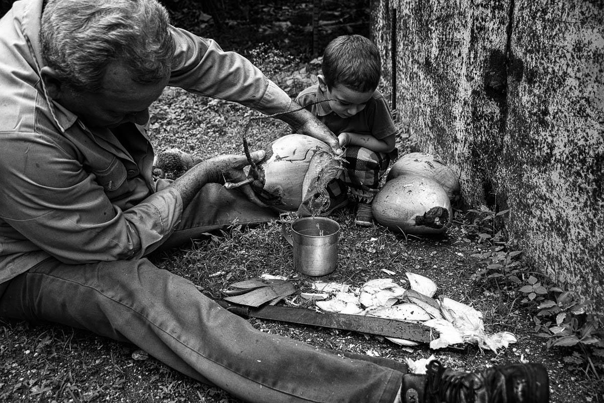 Su vecina Cecilia quiso mezclar coco rallado con boniatillo para tranquilizar a sus nietos que no quisieron dormir la siesta (Foto: Sadiel Mederos Bermúdez).