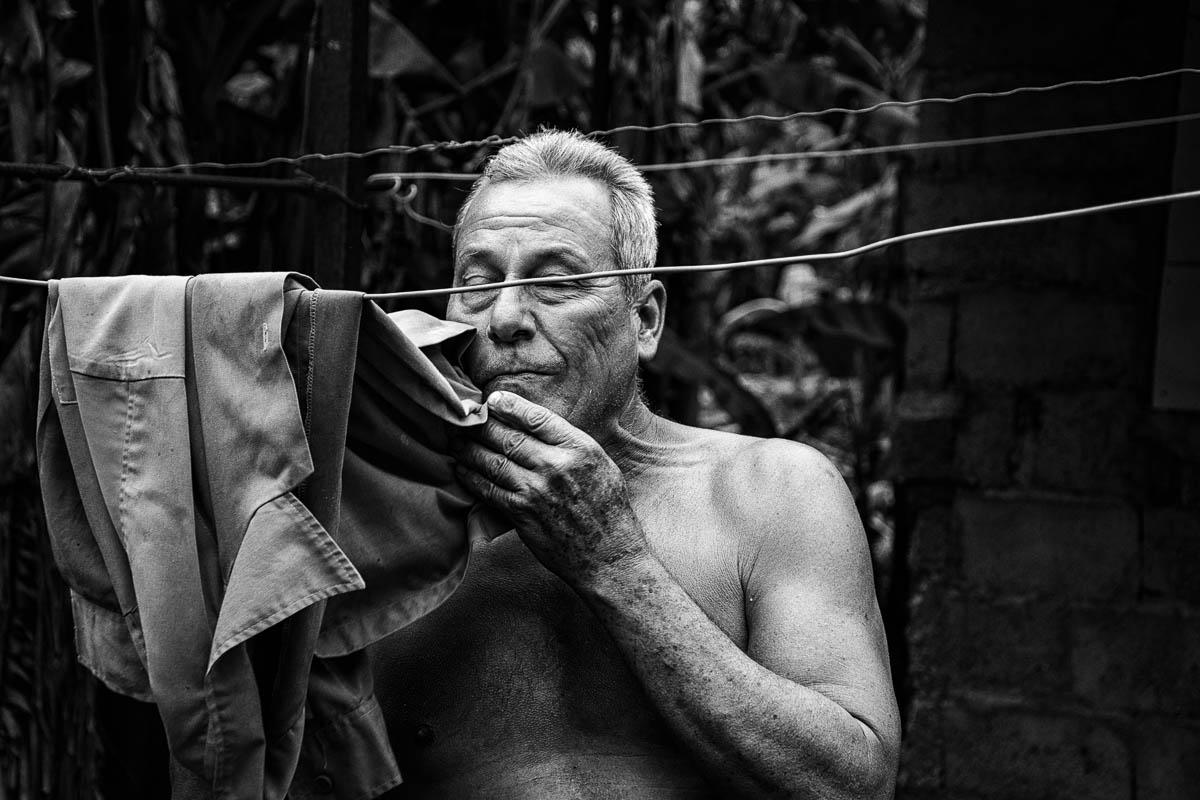 Ricardo adora el coco y aprovecha para empinarse dos enteros. Nunca bebe agua y come masa al mismo tiempo, porque asegura que se empacha (Foto: Sadiel Mederos Bermúdez).