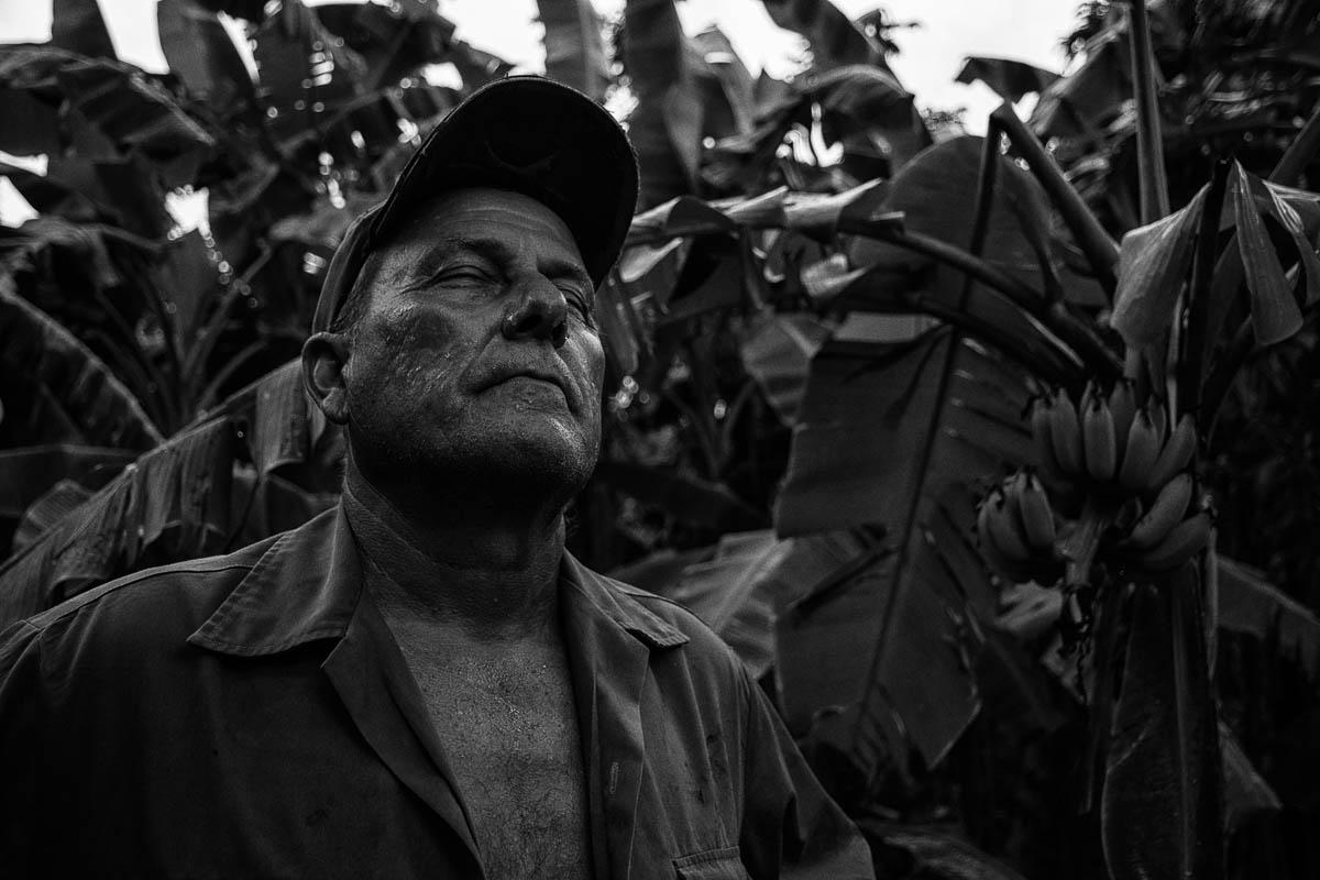 """Comienza a lloviznar. Una tormenta se acerca. """"Lo que necesitamos es fuerza… Y comida para tener fuerza"""" (Foto: Sadiel Mederos Bermúdez)."""