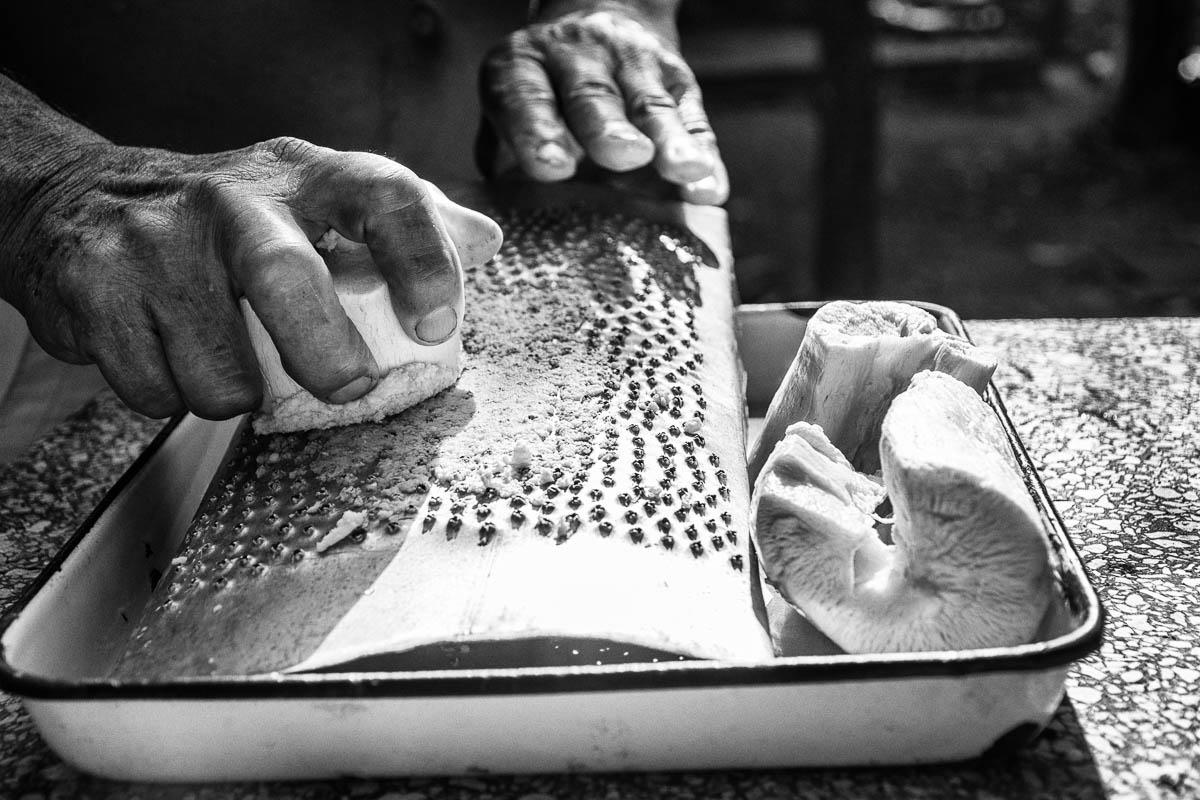 Guayo artesanal hecho de una lámina de aluminio perforada con un clavo (Foto: Sadiel Mederos Bermúdez).