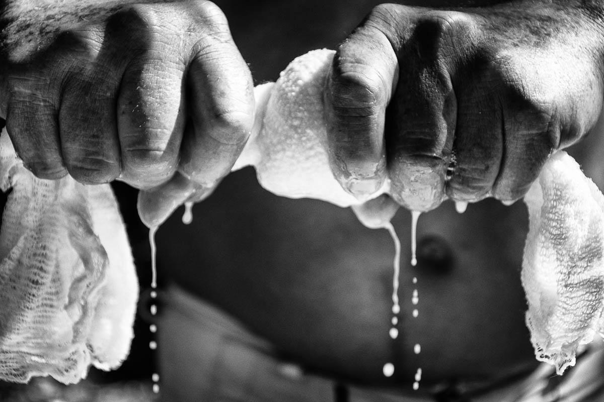 """""""A mi papá le gusta que la masa cocida quede medio blanda y elástica, sabe bien con azúcar prieta dentro, pero voy a probar secarla un poco para que quede una tortilla crujiente"""", explica (Foto: Sadiel Mederos Bermúdez)."""