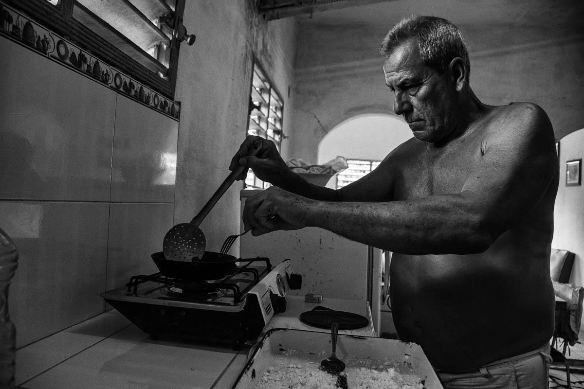 Luego de exprimir la masa y ponerla al sol durante una hora, la mezcló con ajo, hizo tortillas delgadas y las doró en una sartén engrasada con manteca de puerco (Foto: Sadiel Mederos Bermúdez).
