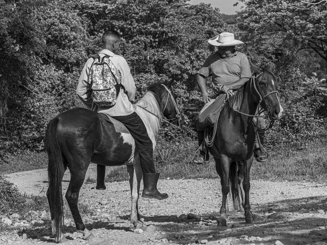 Dos jinetes de la comunidad se encuentran y conversan en el único camino que lleva hacia el poblado (Foto: Lázaro Lemus).