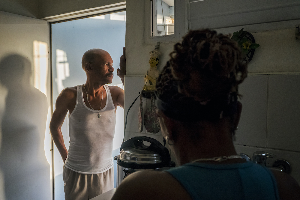 Leonel vive con su esposa y dos hijos en el edificio que él mismo ayudó a construir (Foto: Chris Erland).