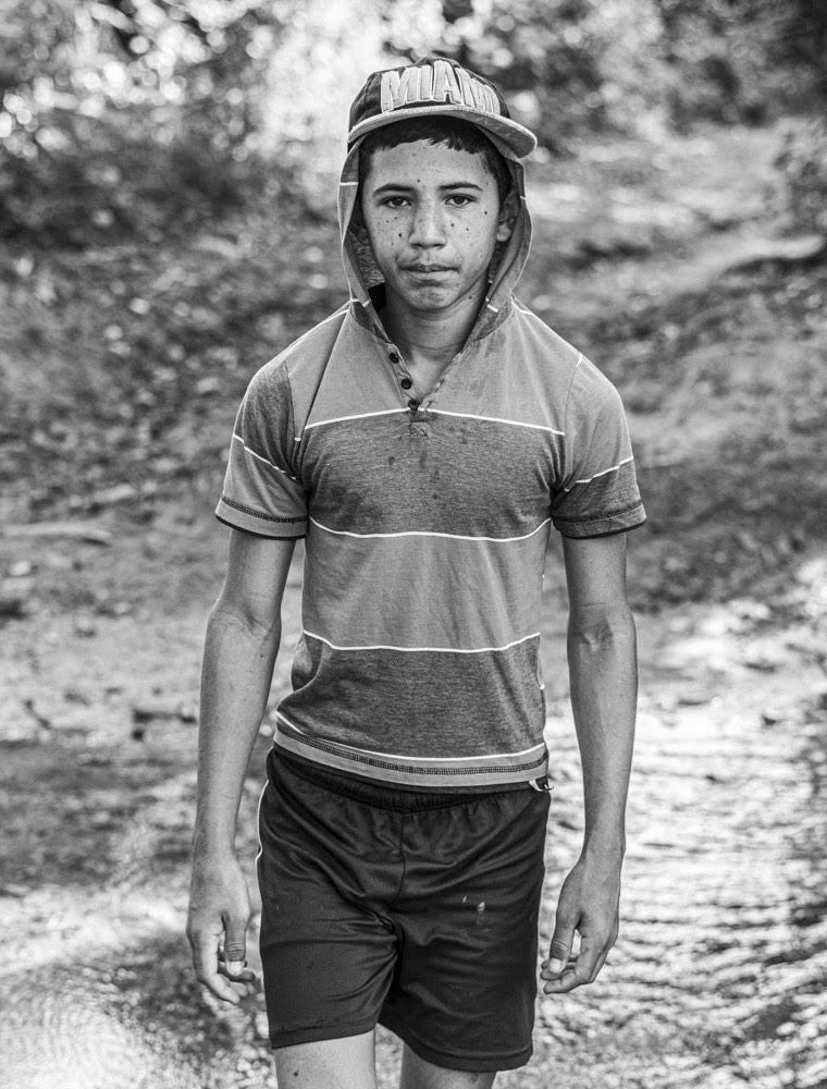 Un joven cruza uno de los tantos arroyos de aguas cristalinas que serpentean el valle (Foto: Lázaro Lemus).