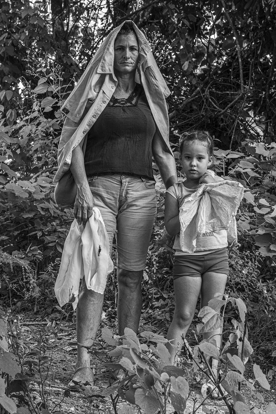 Dos habitantes de Hoyo de Guamá recorren un camino hacia el centro de la comunidad (Foto: Lázaro Lemus).