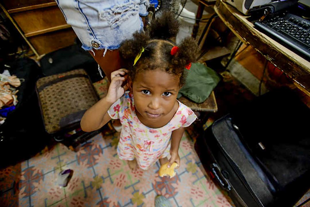 Cuando Ana Reina estaba embarazada de su hija menor, le cayó un pedazo de techo en la barriga mientras dormía (Foto: Abril).