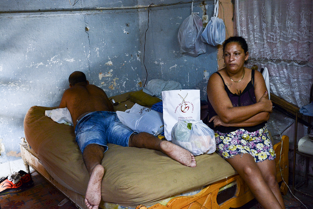 Familiares de Ana Reina de visita en la casa (Foto: Abril).