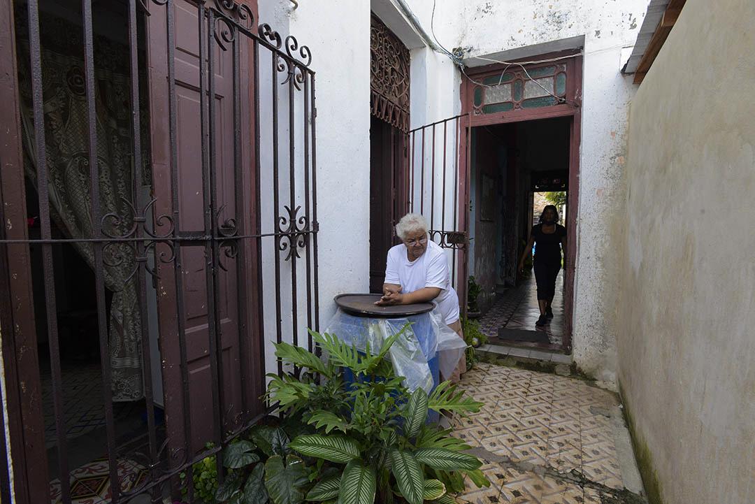Yolanda pasa su tiempo cosiendo o conversando con los vecinos (Foto: Abril).