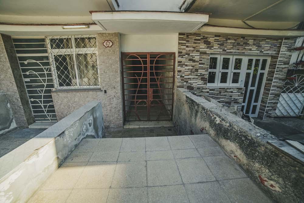 Edificio donde viven Humberto Molinedo y su esposa (Foto: Hansel Leyva Fanego).