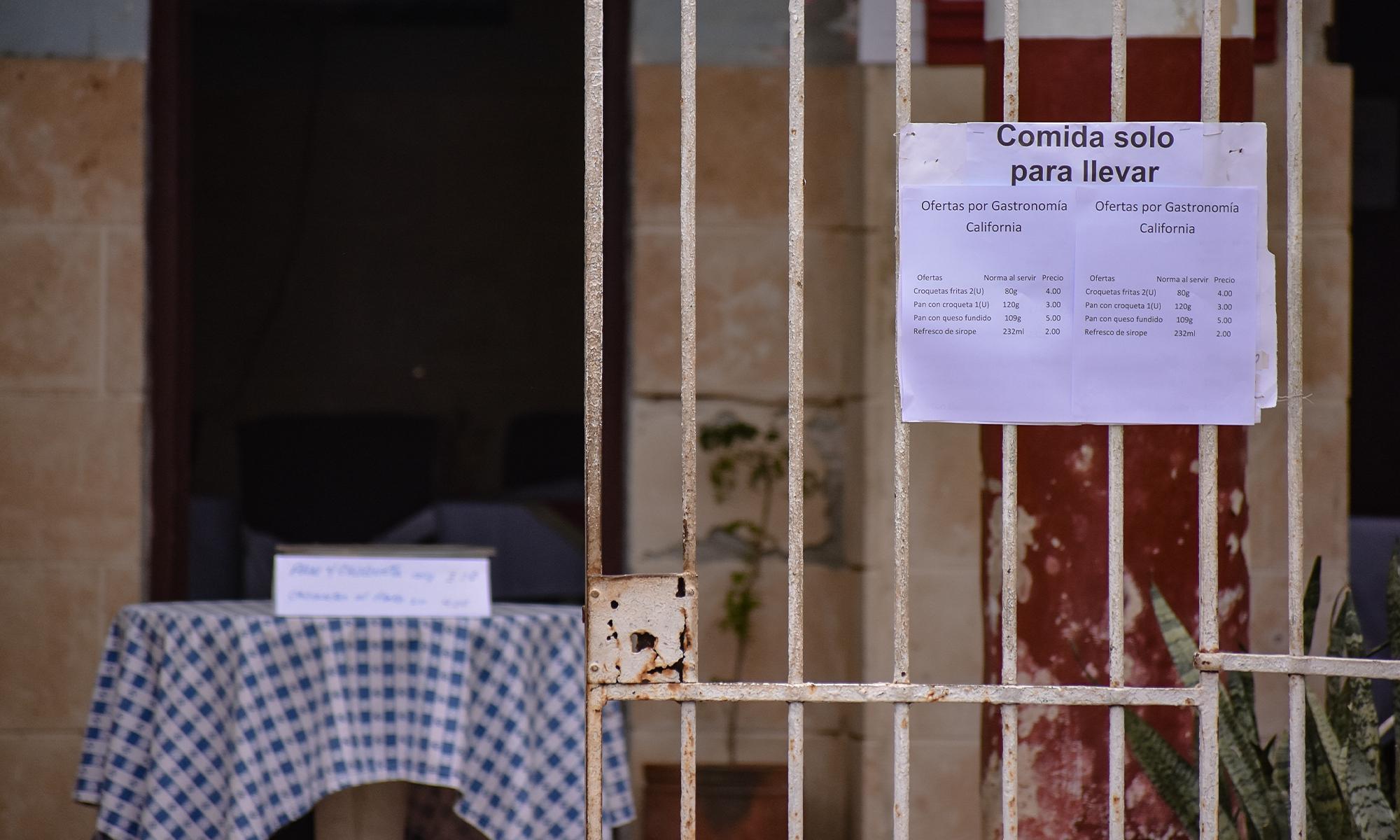 """Entrada del SAF """"California"""", ubicado en la calle Calzada entre A y Paseo, Vedado (Foto: Thalía Alfonso Gómez)."""