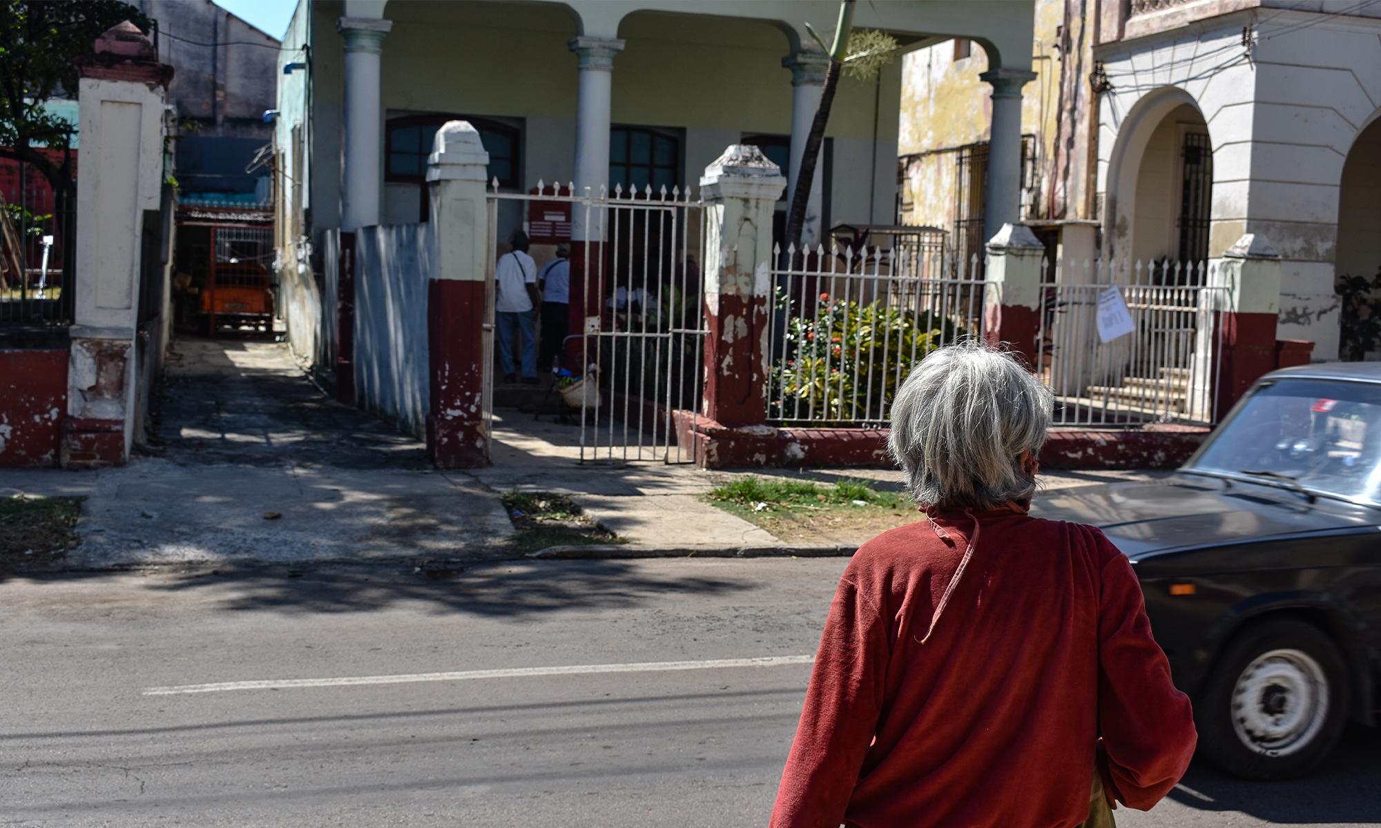 Debido a las restricciones por la pandemia, debe esperar fuera del establecimiento hasta ser atendida (Foto: Thalía Alfonso Gómez).