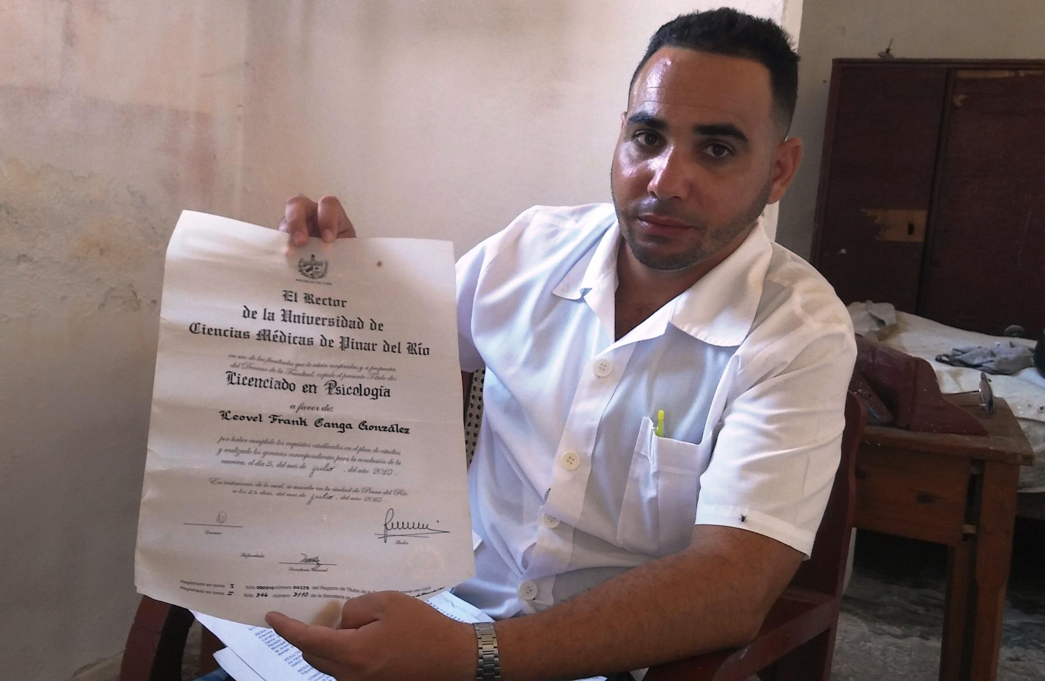 Leovel Canga muestra su título de Licenciado en Psicología por la Universidad de Ciencias Médicas de Pinar del Río (Foto: Cynthia de la Cantera y Jesús Arencibia)